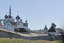 У западной стены монастыря