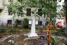 Новый Крест во дворе храма